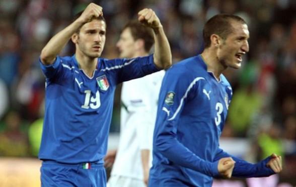 Italia vence a Eslovenia