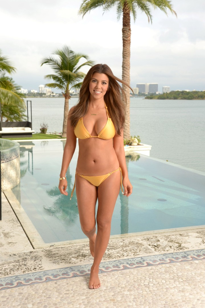 Kourtney Kardashian en bikini (1)